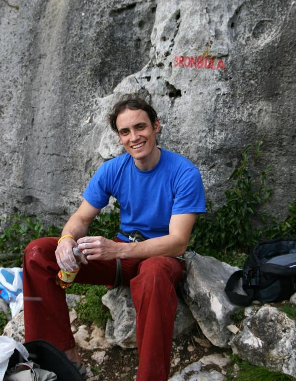 Bild von Christian Kettl sitzend vor einer Felswand